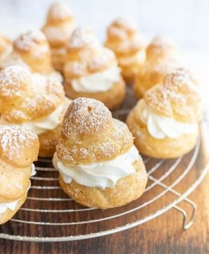 picture of cream puffs dusted with powdered sugar
