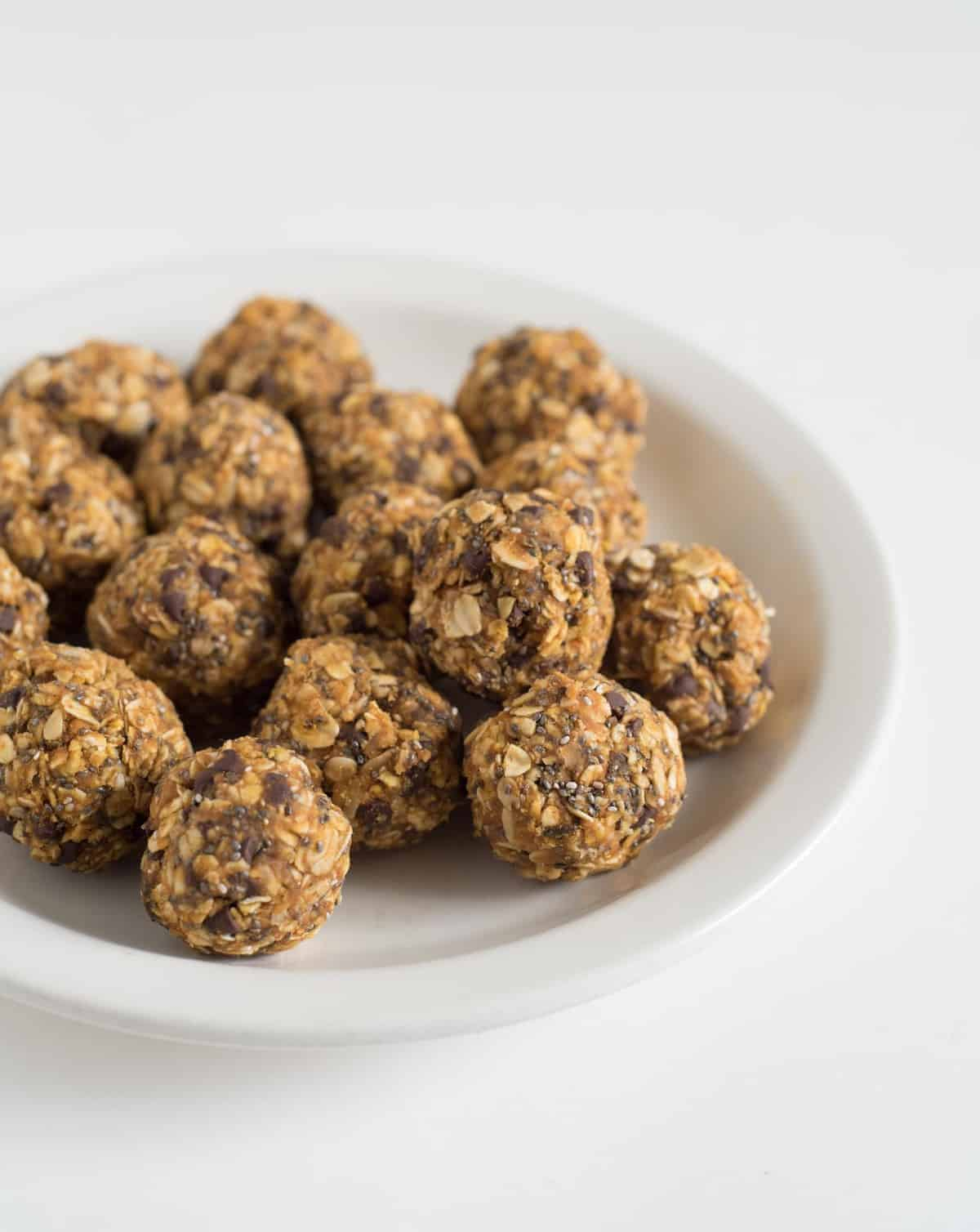 Quick No Bake Pumpkin Oatmeal Energy Bites are going to be your go-to healthy snack all fall long.