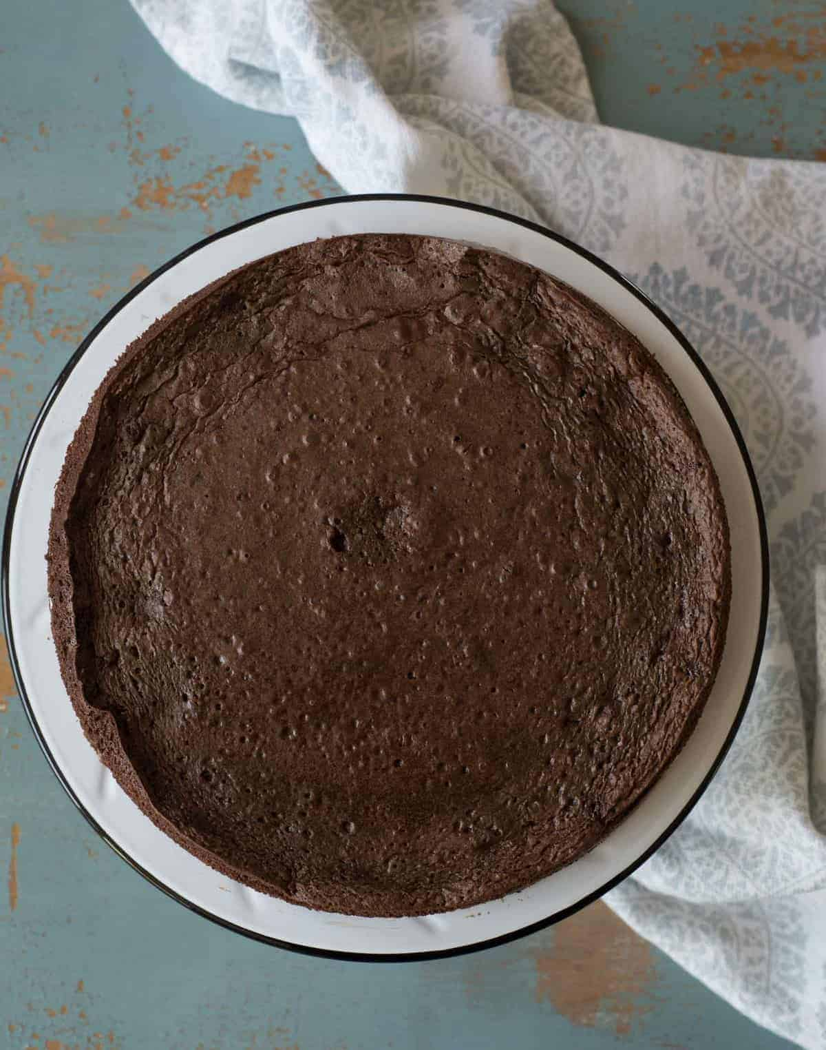A super simple yet very impressive rich and fudgy flourless chocolate cake recipe that is made with common ingredients, done in less than 30 minutes, and is naturally gluten free.