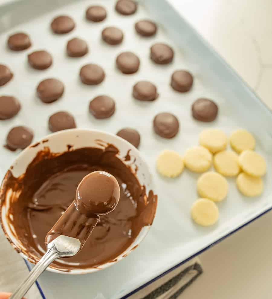 How to make homemade peppermint patties with just 5 simple ingredients that you probably already have in your pantry.