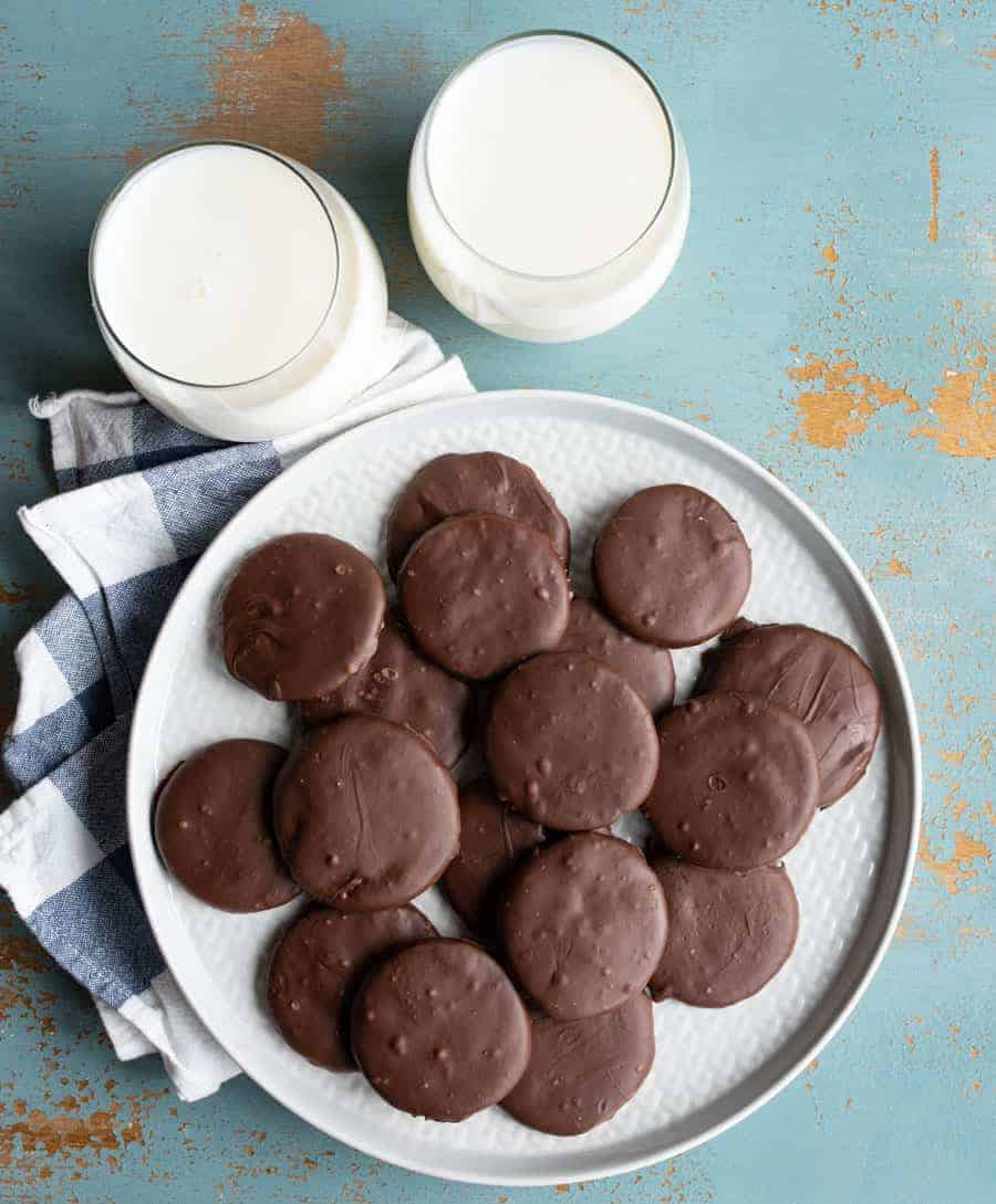 There may not be a better treat than Girl Scout Cookies, and these Homemade Thin Mints certainly don't disappoint… And they're available year 'round!