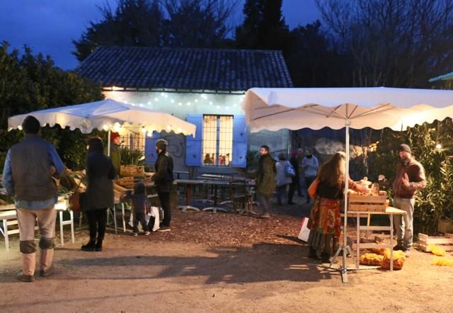 le marché paysan devant le café Au Maquis