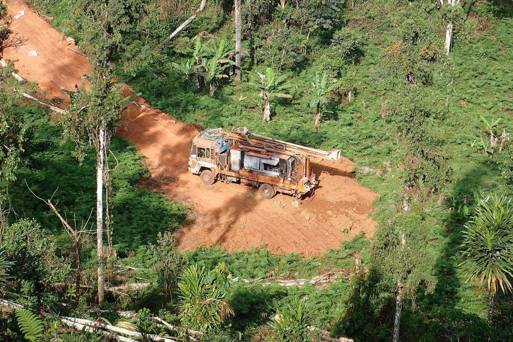 forage réalisé dans l'ouest du Cameroun avec l'aimable participation de l'expert sourcier Philippe Wojtowicz de France