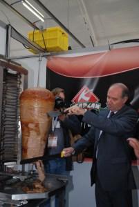 Auch Botschafter Ahmet Acet zeigte sein Können am Spiess