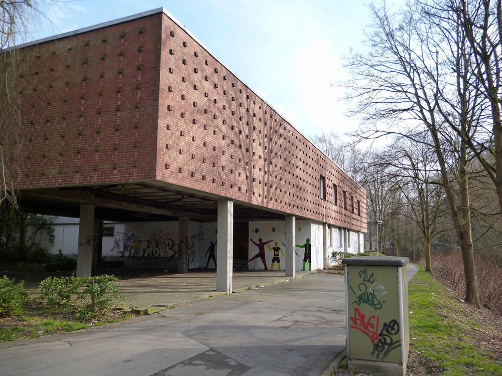 Das alte Hallenbad Arnsberg verkommt seit 2003. Beim TV Arnsberg wird als neue Nutzung ein Sport- und Gesundheitszentrum geplant. (Foto: oe)