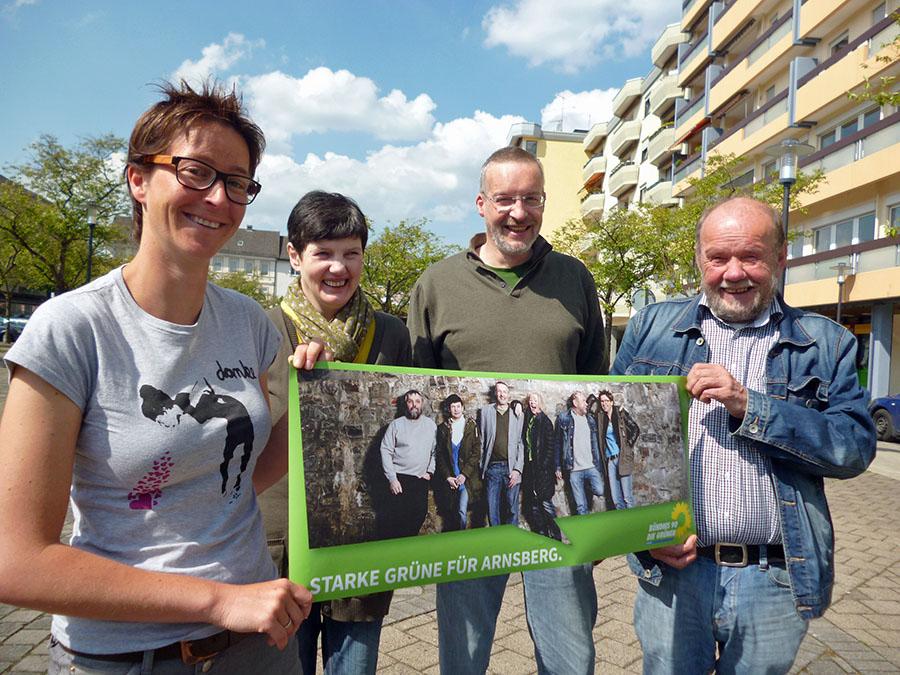Die Grünen-Ratskandidaten Verena Verspohl, Sigrid Alberti, Thomas Wälter und Hans Wulf präsentierten neben dem gedruckten Wahlprogramm auch überdimensionale Aufkleber. (Foto. oe)