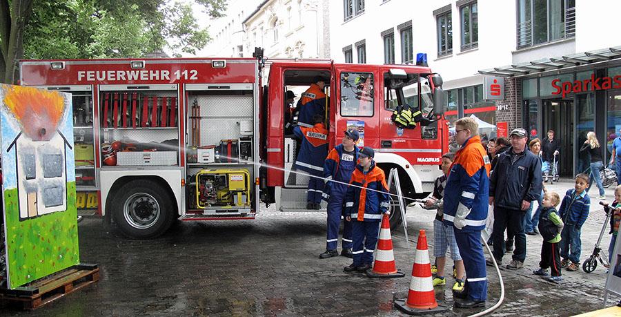 Die Neheimer Gruppe der Jugendfeuerwehr hat ihr beliebtes Spritz-Spiel aufgebaut. (Foto: Feuerwehr)