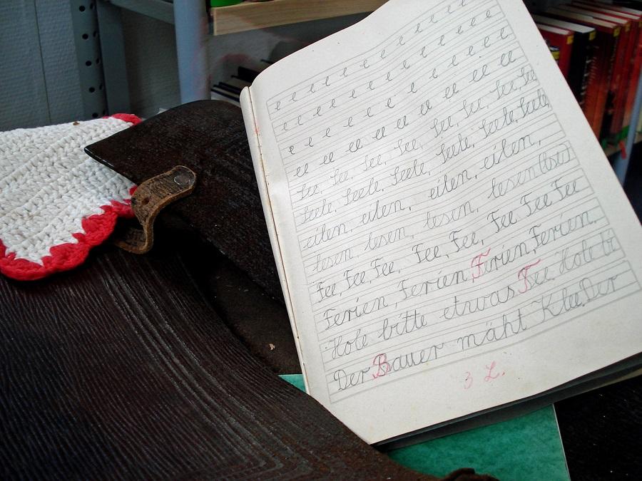 Ein Schulheft mit Sütterlin-Schreibschrift - ein Ausstellungsstück in der Sunderner Stadtbibliothek. (Foto: Stadtbibliothek)