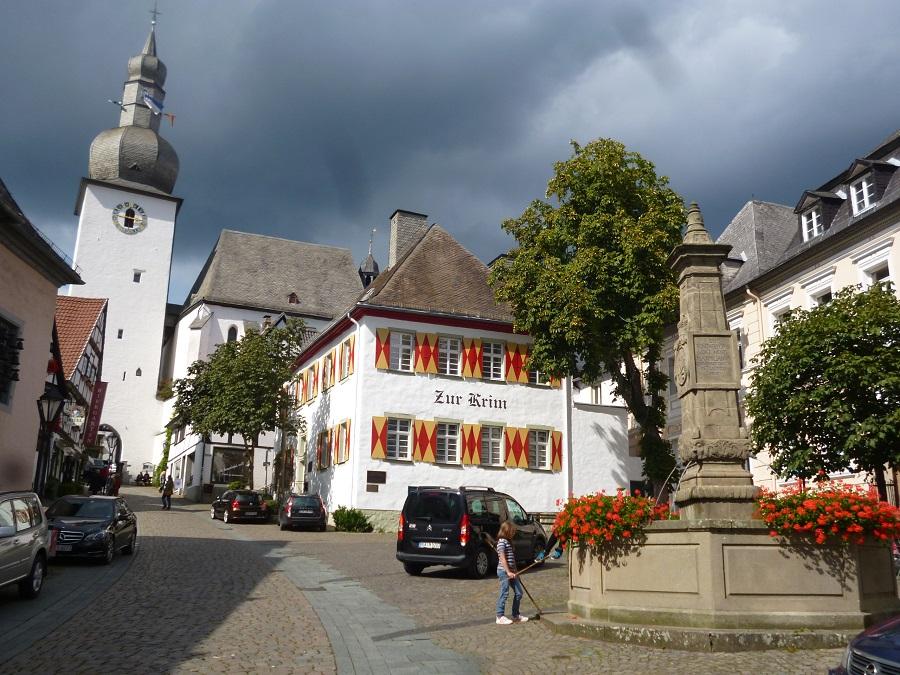 Kunstsommer-Warm up: erster Lichtbaustein am Glockenturm
