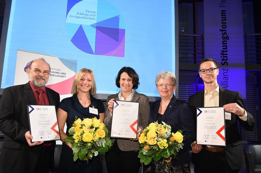 Die beiden Schulleiterinnen Anne Deimel (Mitte) und Martina Brunsmeier (2. v. r.) Zusammen mit den anderen Preisträgern in Berlin.