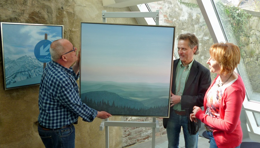 """Maler Johannes Nawrath (links) mit seinem Bild """"Rothaargebirge, abends). Rechts Dr. Jürgen Schulte-Hobein und Ulrike Schowe vom Sauerlandmuseum. (Foto: oe)"""