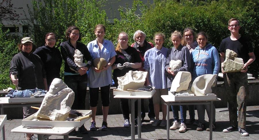 Teilnehmer des Steinbildhauer-Workshops am laurentianum mit Künstler Johannes Dröge aus Sundern. (Foto: laurentianum)