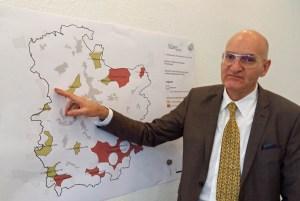 """""""So geht es nicht!"""" Bürgermeister Ralf Brodel vor der Karte. (Foto: oe)"""