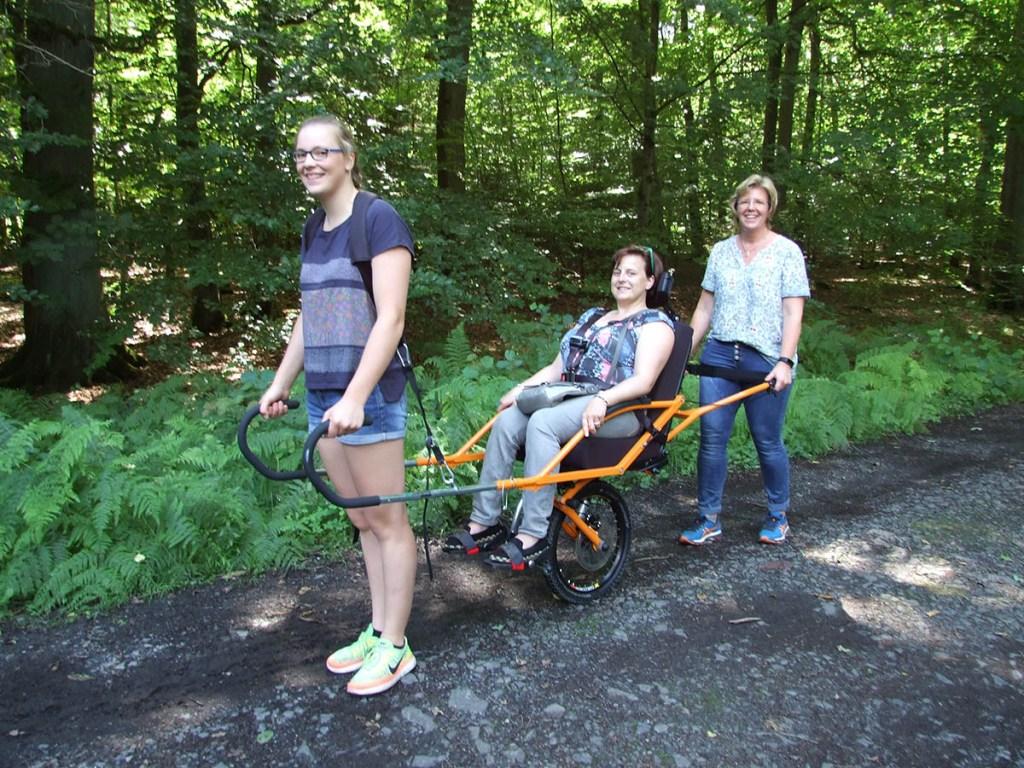 Mit dem einrädrigen Rollstuhl durch den Wildwald
