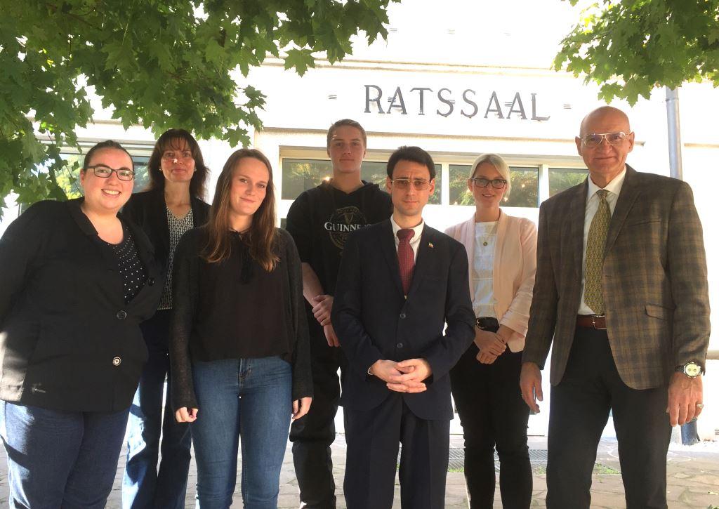 Sunderns Bürgermeister begrüßt neue Auszubildende