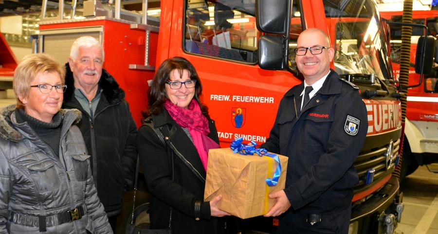FDP Sundern überreicht Spende an Freiwillige Feuerwehr
