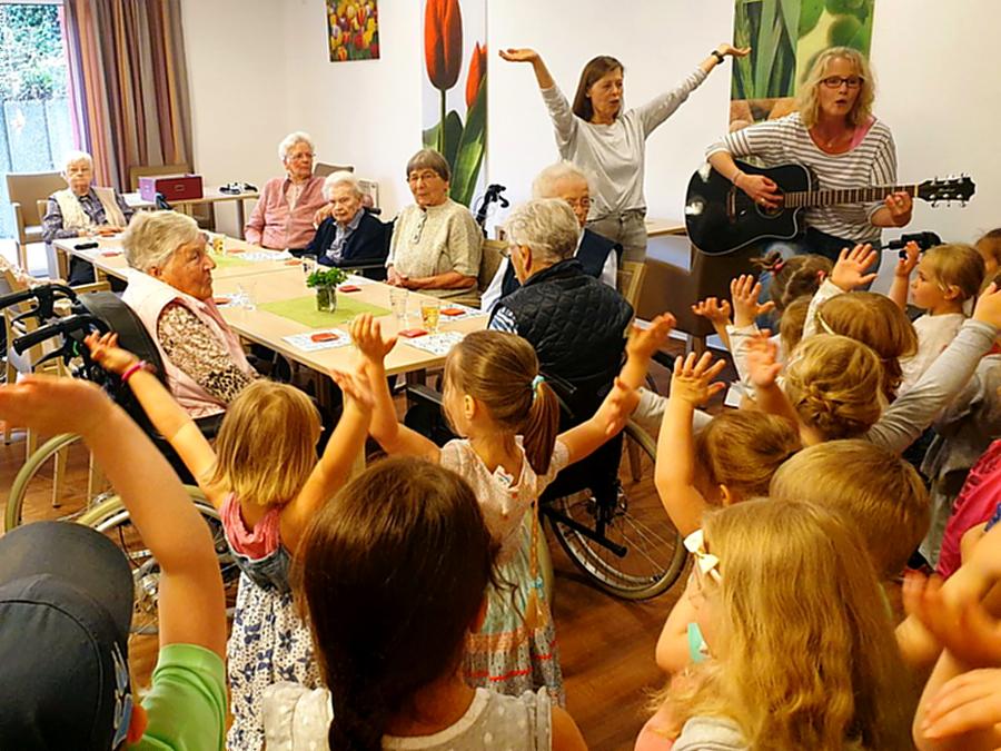 Kinder sorgen für Trubel im Seniorenhaus St. Franziskus