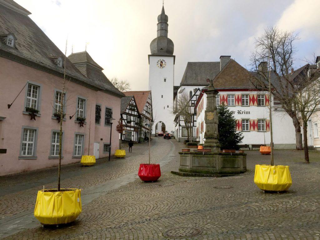 Weniger Falschparker durch mobile Bäume in der Altstadt – weniger Knöllchen geschrieben