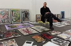 "Maler Jens Oskar Rehberg beim Aufbau seiner Ausstellung im ""Bogen"". (Foto: oe)"