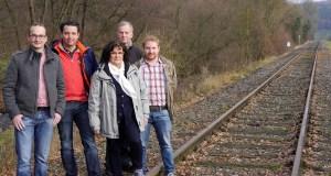 Vertreter der CDU-Ortsverbände Müschede, Hachen, Stemel und Sundern auf der Trasse der Röhrtalbahn, die sie lieber als RöhrtalRadweg sehen wollen. (Foto: CDU)
