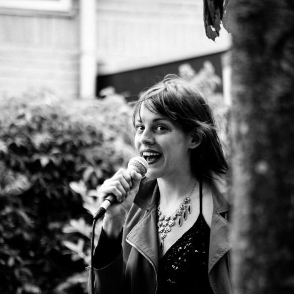 Ditte Wimmers zingt tijdens Oerol 2017.