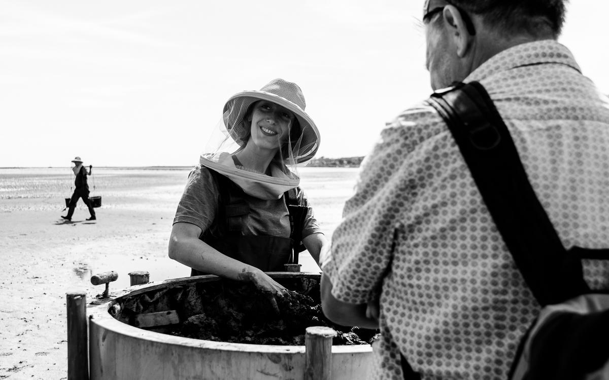 Rosanne van Wijk in gesprek met een bezoeker tijdens Oerol 2019.
