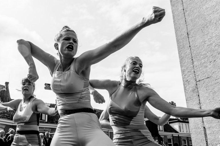 Optreden MAN || CO bewegingstheater bij de Brandaris tijdens Oerol 2019.