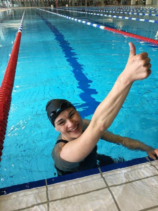 Janine Gallisch im Schwimmbecken mit Siegerpose
