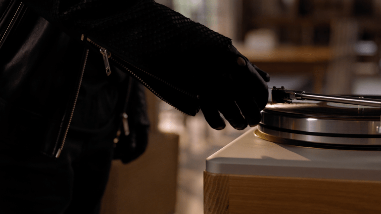 Introducing Shinola Audio: The Runwell Turntable on Vimeo 2016-12-08 22-35-31.png