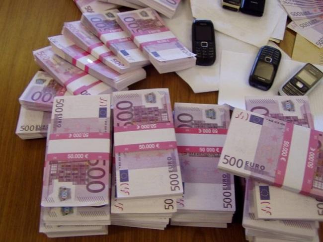 Ginevra bagno di un ristorante intasato da banconote