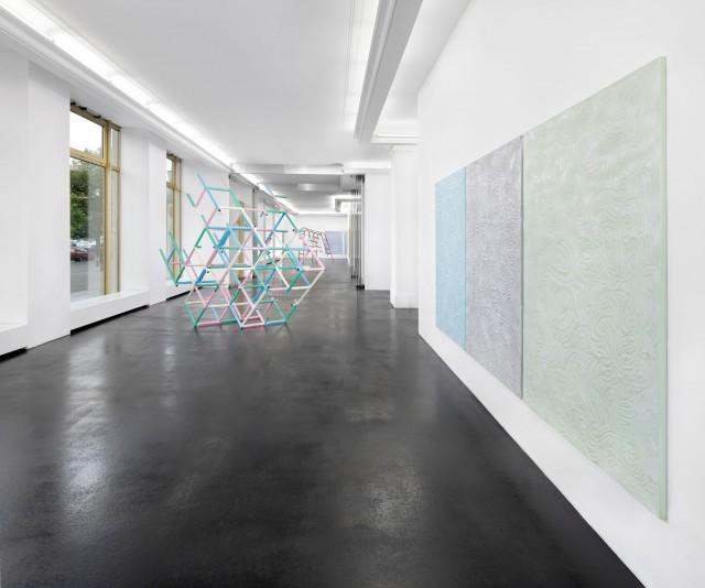 Muscle Memory Ausstellung mit Bildern und Installationen von Donna Huanca und Skulpturen von Przemek Pyscyek