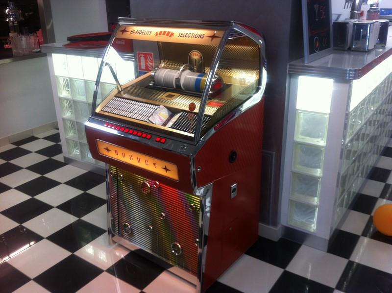 L'objet insolite de la pièce pour mon croquis : un jukebox
