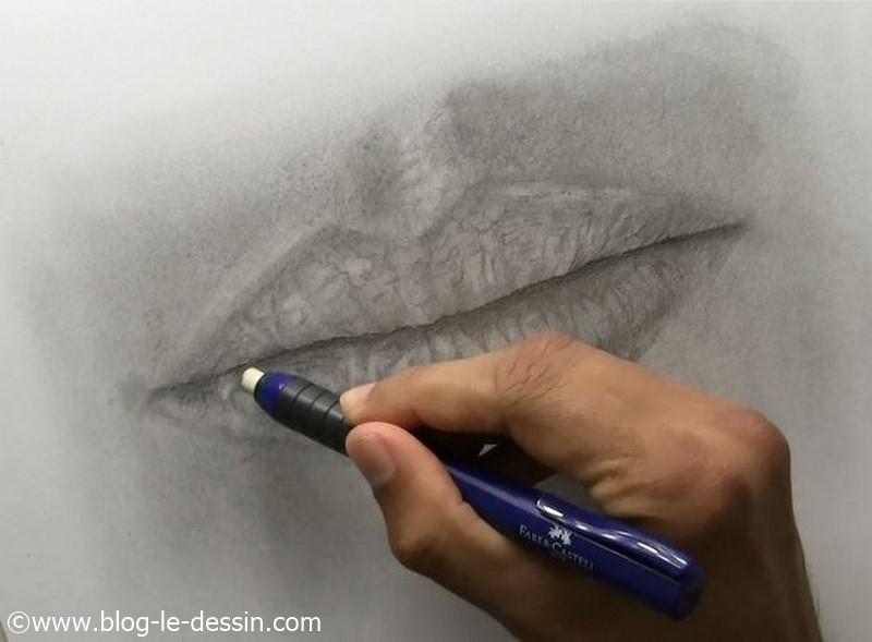 Je dessine avec mon porte gomme pour que la bouche ait du relief.