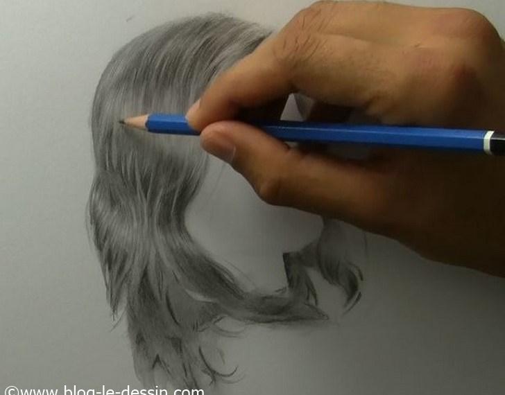Je dessine à l'intérieur de la zone claire avec mon crayon 2B pour créer de petites mèches.