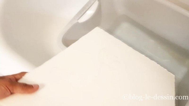 preparer la feuille aquarelle avant de peindre en la trempant dans l eau