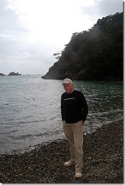 Ric O'Barry à Taiji, devant la baie déserte. Photo de Mark J. Palmer