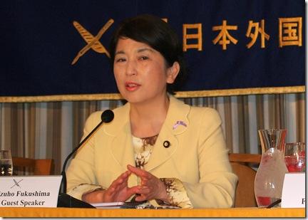 La ministre japonaise Mizuho Fukishima à la conférence de presse de Tokyo - Photo de Boyd Harnell 11-09