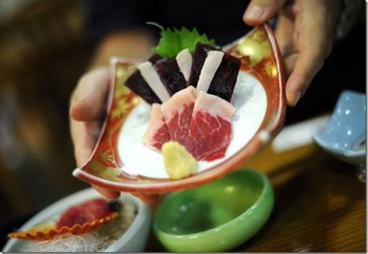 La viande sashimi est servie avec du gingembre dans un hôtel de Taiji - Photo de The Guardian