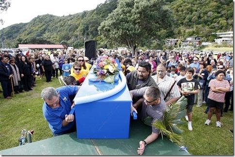"""Enterrement de Moko, le célèbre dauphin """"ambassadeur"""" néo-zélandais - Photo : AP"""