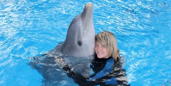 nageuse avec un dauphin