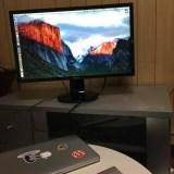 MacBook Proをクラムシェルモードで外部モニターに接続している写真