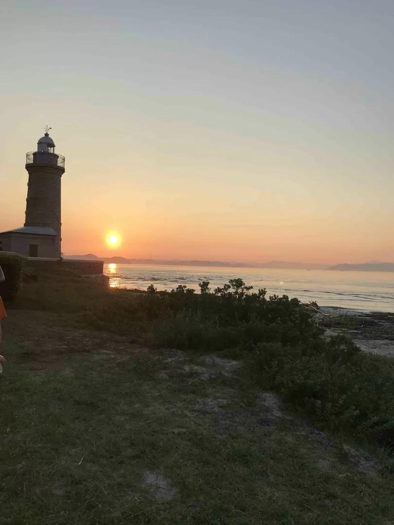 男木島の燈台と夕焼けの写真