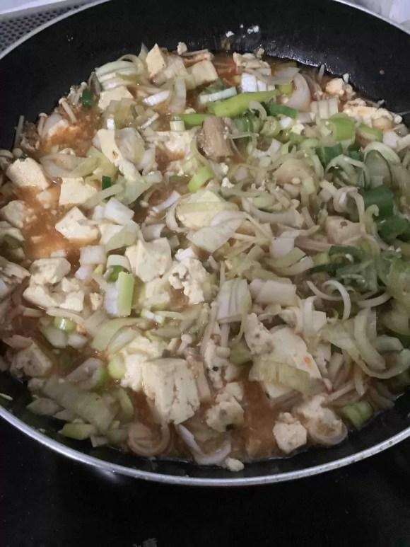 フライパンで作ったあつあつの麻婆豆腐の写真