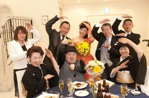 それぞれのテーブルで、「ポーズ」を決めていただき、おふたりと一緒に撮影しました。  テーブルごとでポーズ決めにも盛り上がりますよ