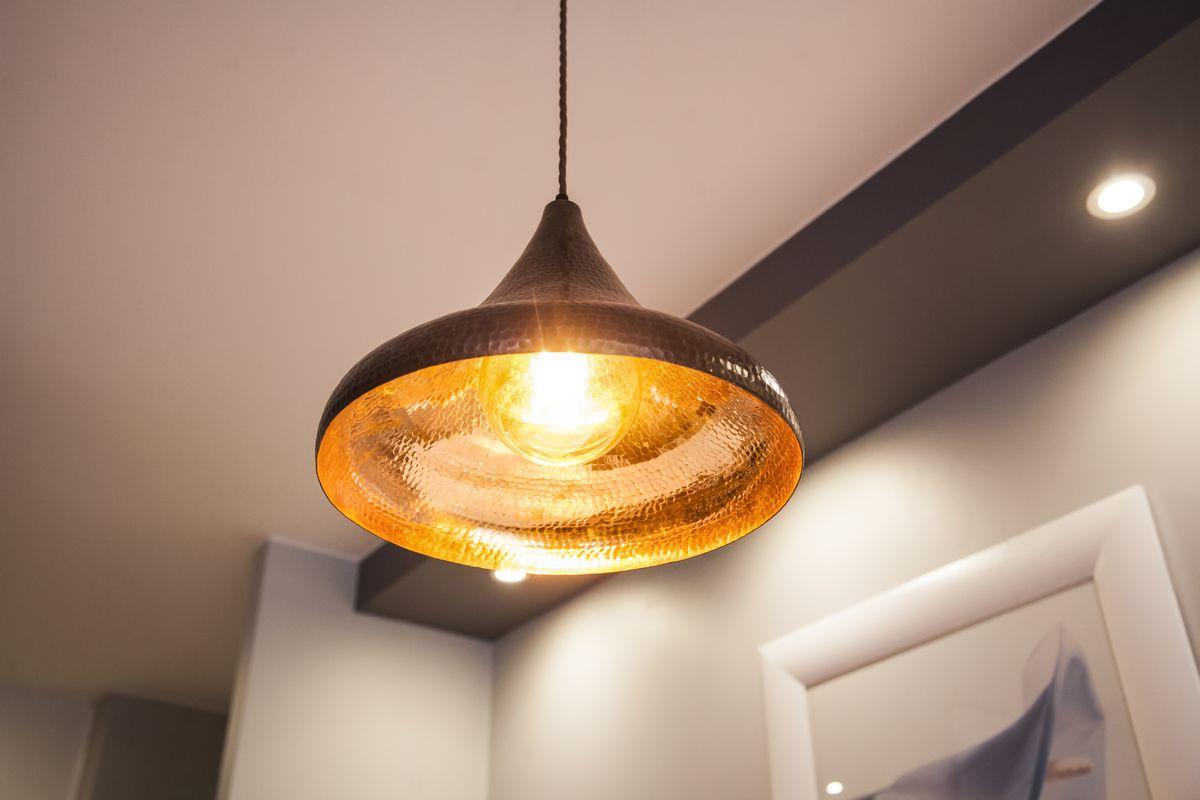 Lampade in ceramica, vetro, ottone, rame sospensioni, applique in stile rustico. Lampadari Rustici In Rame Da Cucina E Salon 04