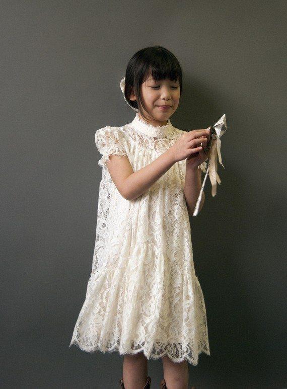 une robe en dentelle pour mes petites filles d 39 honneur. Black Bedroom Furniture Sets. Home Design Ideas