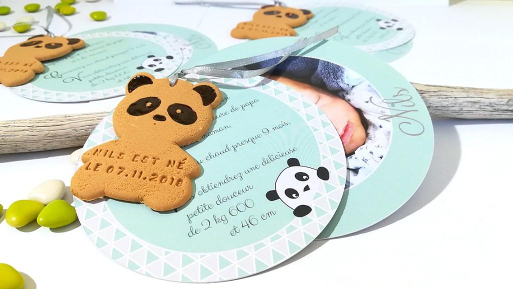 faire-part de naissance ou baptême, thème koala. Forme ronde avec biscuit en forme de panda personnalisé du prénom et date. Couleur douce vert d'eau.