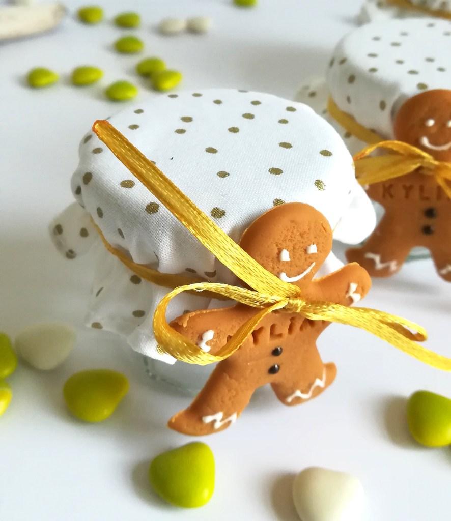Contenant de dragées, petit pot à dragées, décoré avec un mini bonhomme pain d'épice/mannele avec prénom de l'enfant. Tissu blanc et or à pois.