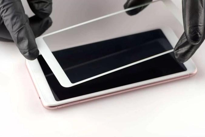 Appliquer verre trempé de protection sur écran smartphone