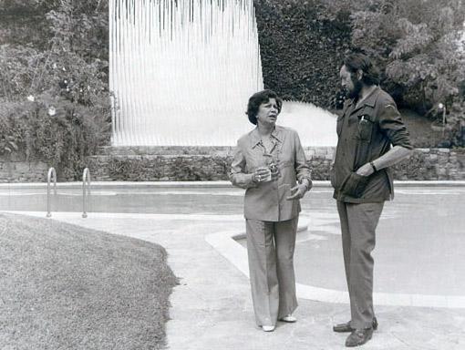 El mítico escritor argentino, Julio Cortázar, conversa con María Teresa Castillo, compañera de Miguel Otero Silva, en Macondo
